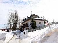 V zimě lze hned vedle domu sáňkovat s nejmenšími - chata k pronájmu Smržovka