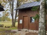Boční pohled na chatu - hlavní vchod - k pronájmu Smržovka