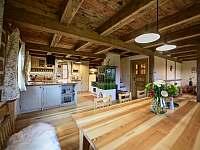 kuchyň a kachlová kamna - pronájem chalupy Horní Polubný