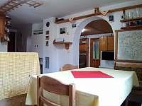 kuchyň s průhledem do obývacího pokoje, v pozadí dveře do spodní ložnice - pronájem chaty Raspenava - Peklo