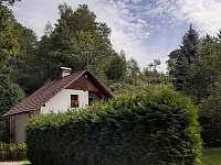 pohled z příjezdové cesty - v prostorách okolo bazénu mají hosté soukromí - chata k pronájmu Raspenava - Peklo