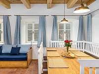 Jídelní stůl a pohovka - chalupa ubytování Desná I