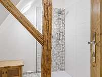 Koupelna v patře - chalupa k pronájmu Desná I