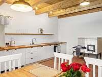Kuchyně s kachlovým sporákem - chalupa k pronájmu Desná I