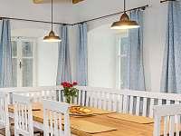 Masivní jídelní stůl - chalupa k pronajmutí Desná I