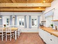 Plně vybavená prostorná kuchyně - chalupa k pronájmu Desná I