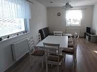 jídelna + obývací pokoj - chata k pronájmu Smržovka