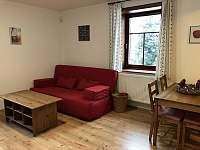 Obývací pokoj s jídelním koutem - pronájem apartmánu Zásada - Zbytky
