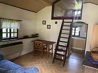 Hlavní místnost s výklenkem na spaní - chalupa k pronájmu Kořenov