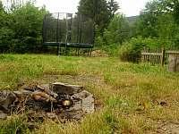 ohniště a trampolína - chalupa ubytování Kryštofovo Údolí