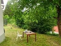 V zahradě se dá jíst, pracovat, spát i jen tak být - chalupa k pronájmu Kryštofovo Údolí