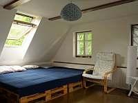 větší ložnice v podkroví - 3 nebo 4 místa na letišti, další na matracích - chalupa k pronajmutí Kryštofovo Údolí