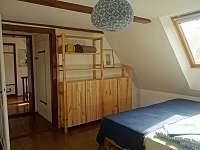 větší ložnice v podkroví - 3 nebo 4 místa na letišti, další na matracích - chalupa k pronájmu Kryštofovo Údolí