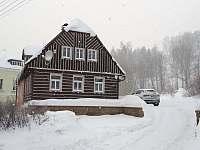 U zlodějů pohled z ulice - chalupa ubytování Albrechtice v Jizerských horách