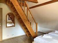 Schodiště v jižním pokoji k mezonetovému spaní - Albrechtice v J. h. - Mariánská Hora