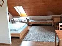 apartmán č.4 obývací místnost s lůžky - chalupa k pronajmutí Lázně Libverda