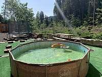 venkovní solárně vyhřívaný bazének s trampolínou - Josefův Důl