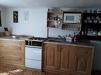 Plně vybavená kuchyňská linka - pronájem roubenky Helkovice