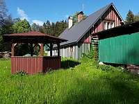Zahrada a místo pro grilování - roubenka ubytování Helkovice