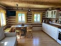 Kuchyně s obytnou místností - chata k pronajmutí Paseky nad Jizerou