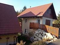 Pohled od silnice, vchod do Apartmánu, parkoviště pro 3 auta. - k pronájmu Jiřetín pod Bukovou