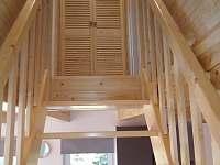 schodiště z obytné místnosti do parta kde se nacházejí 2 ložnice - Jiřetín pod Bukovou