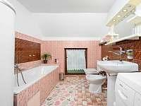 Koupelna s WC a vanou - chalupa k pronájmu Jiříčkov