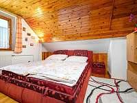 Ložnice s manželskou postelí - chalupa k pronájmu Jiříčkov