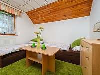 Ložnice se dvěma postelemi - chalupa k pronajmutí Jiříčkov