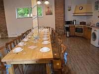 Stůl společenská místnost - chalupa k pronajmutí Janovice v Podještědí