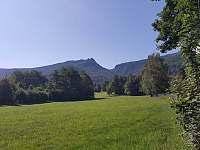 louka u domu a panorama Frydlantské Cimbuří - Bílý Potok pod Smrkem