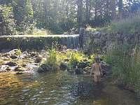 Potok, koupání u chalupy - Bílý Potok pod Smrkem