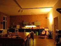 Kuchyně a společenská místnost - chalupa k pronájmu Ludvíkov pod Smrkem