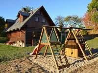 ROUBENKA čp 135: dětské hřiště, pískoviště a houpačky. Děti z oken pod dohledem - chalupa k pronajmutí Jílové u Držkova