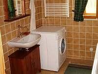 ROUBENKA čp 135:  koupelna v přízemí roubenky s vanou, pračkou, WC