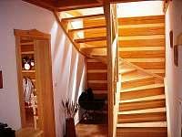 ROUBENKA čp 135: schody do podkroví - 3 ložnice a koupelna s parní saunou - chalupa k pronajmutí Jílové u Držkova