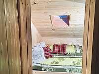 Dvoulůžkový pokoj v 1. patře, kde se nachází další tři pokoje. - chata k pronájmu Josefův Důl - Dolní Maxov