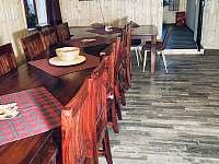 Pohled z kuchyně do malé společenské místnosti - chata k pronajmutí Josefův Důl - Dolní Maxov