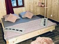 Přední část rodinného pokoje (celkem 3x dvoulůžko) - chata k pronájmu Josefův Důl - Dolní Maxov