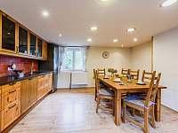 Kuchyň s jídelním koutem - chalupa k pronájmu Hejnice