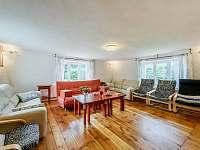Obývací pokoj - rozkládací sedačka - chalupa k pronájmu Hejnice
