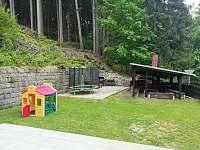 Oplocená zahrada s terasou a krytým ohništěm - chata k pronajmutí Janov nad Nisou - Malý Semerink