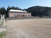 Sokolovna je od nás 15 min. chůze, lze pronajmout fotbalové i volejbalové hřiště