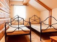druhá ložnice v přízemním apartmánu - roubenka k pronájmu Kořenov - Polubný