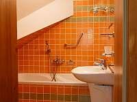 koupelna v druhém horním apartmánu - roubenka k pronajmutí Kořenov - Polubný