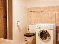 koupelna v přízemním apartmánu - pronájem roubenky Kořenov - Polubný