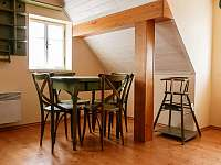 posezení v kuchyni horního apartmánu - Kořenov - Polubný