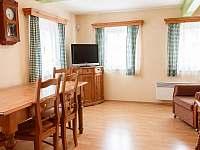 posezení v ložnici přízemního apartmánu - roubenka k pronajmutí Kořenov - Polubný