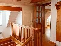 schodiště z přízemí do prvního patra - roubenka k pronájmu Kořenov - Polubný