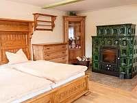 spodní apartmán ložnice s kachlovými kamny - roubenka ubytování Kořenov - Polubný